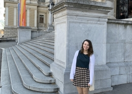 Student in front of University of Vienna
